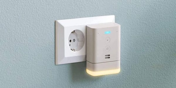 Echo Flex als Alexa Zubehör mit optionalen Geräten wie Bewegungsmelder, LED-Nachtlicht, digitale Uhr